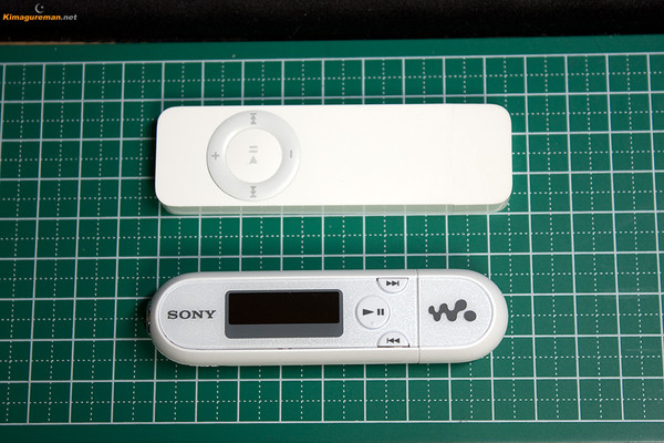SONY NW-E042とApple iPod Shuffle 表側比較写真