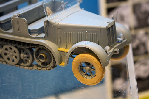 1:35 ドラゴンモデル ドイツ Sd.Kfz.7 8t ハーフトラック 極初期型 右前アップ