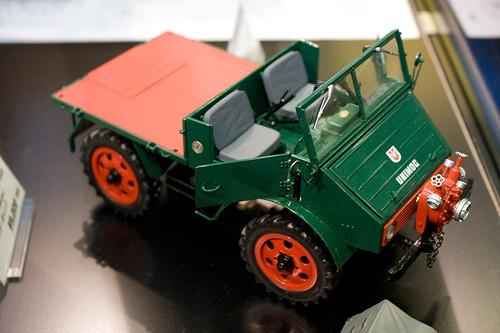 1:18 ダイキャスト製 シュコー メルセデス・ベンツ ウニモグ U401 消防車 右前